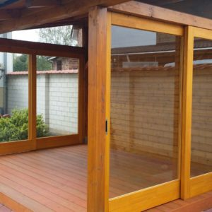 Gartenhaus-verglast-Fenster-Tueren